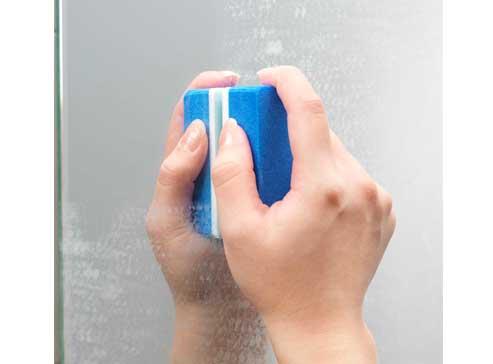 浴室の鏡の鱗状痕落としアップ画像