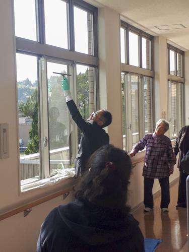 窓用スクイジーを用いた清掃方法を学びました