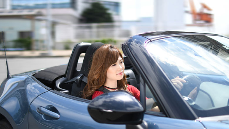 スポーツカーと女性