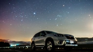 スバルの車と星空
