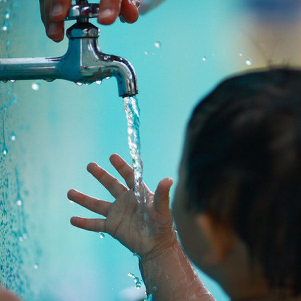 水道水と子供の写真