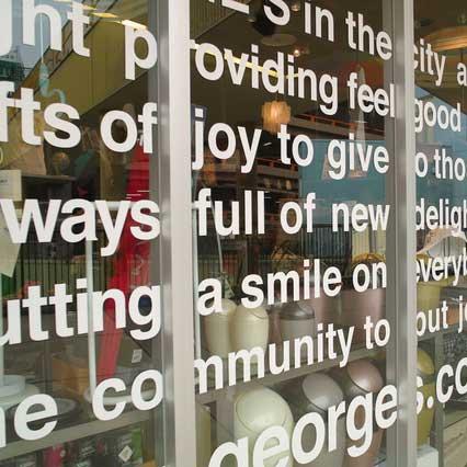 シールを貼った窓の写真