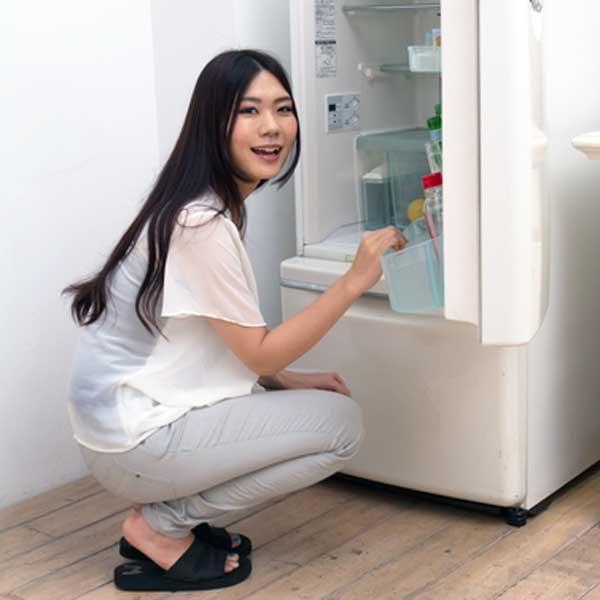 冷蔵庫と女性の写真