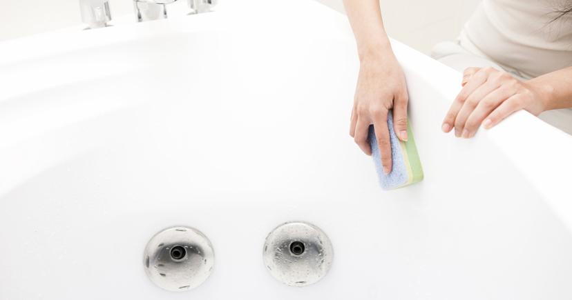 浴槽を洗う手元