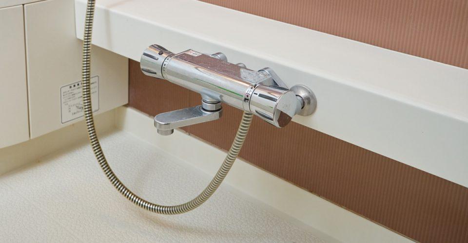 浴室カウンターの内側はカビだらけ!3か月に1回は外してお掃除を