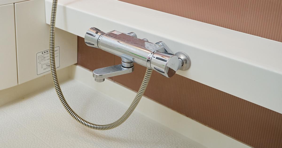 浴室カウンターの内側はカビだらけ