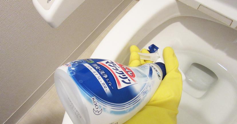 ふち裏にトイレ用洗剤をスプレーしている