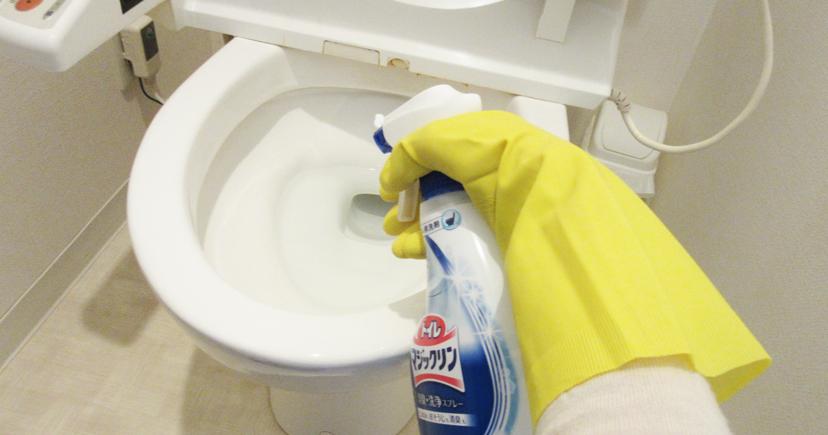 トイレにトイレ用洗剤をスプレーする