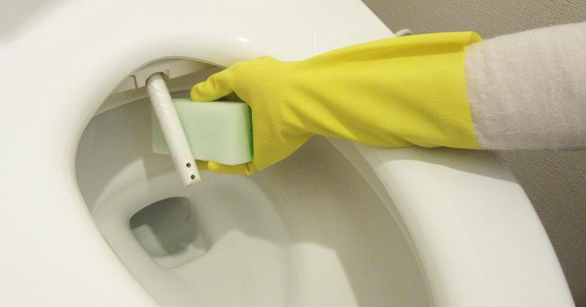ノズルをスポンジで洗っている