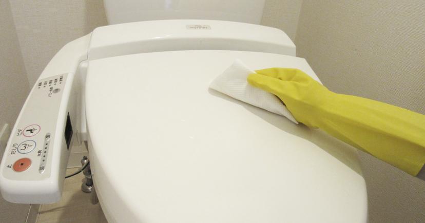 便器のフタをトイレ用シートでふく