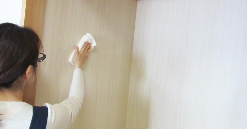 押入れの壁を拭いている