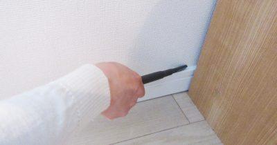 家具のすき間やテレビの裏のホコリを細い掃除機ノズルで取ってみる