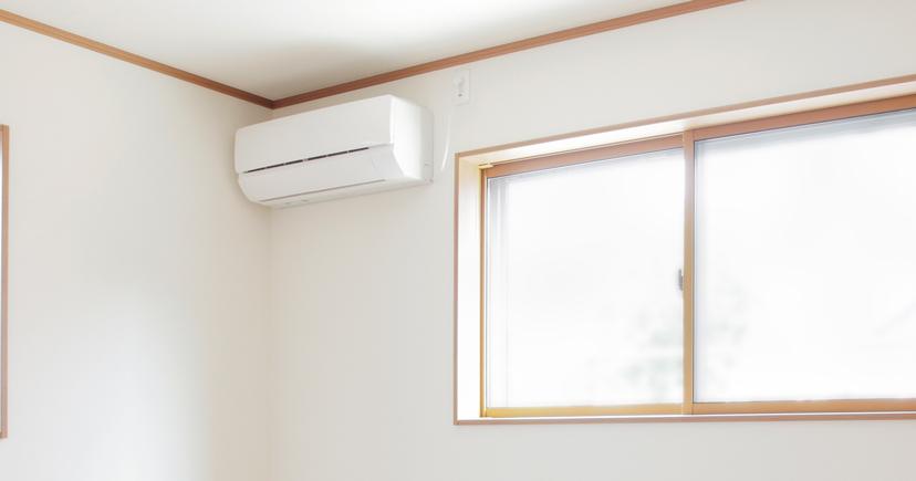 部屋にエアコンが設置されている写真