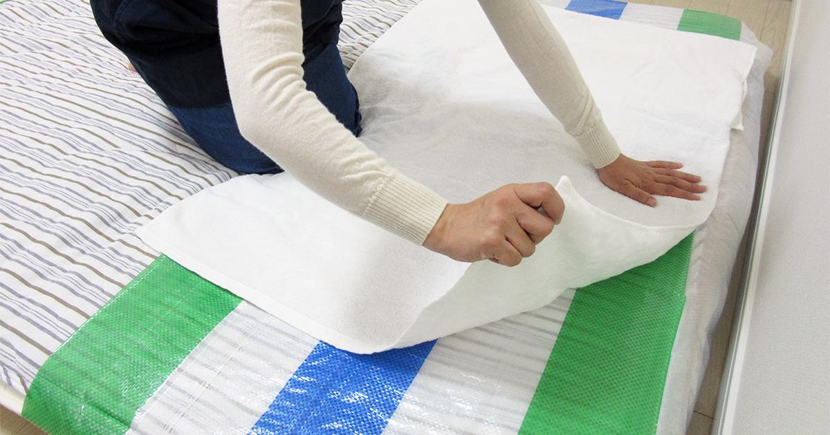 ビニールシートの上をタオルで覆う