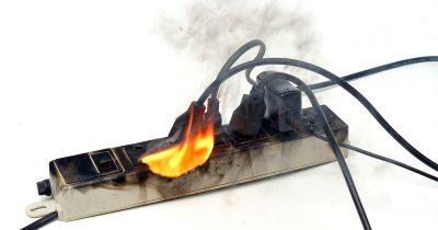 出火注意!延長コードのたこ足(過剰)接続