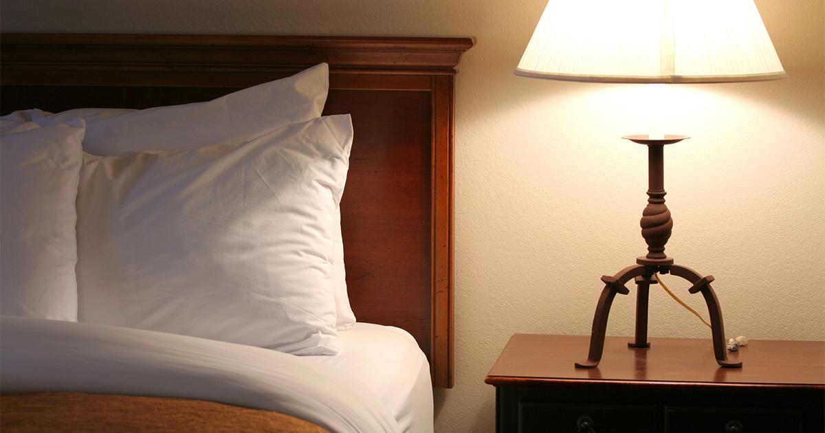 寝室のベッドに明かりが照らされている写真