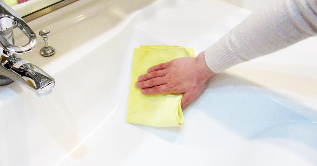 洗面ボウルをマイクロファイバークロスで拭き上げる