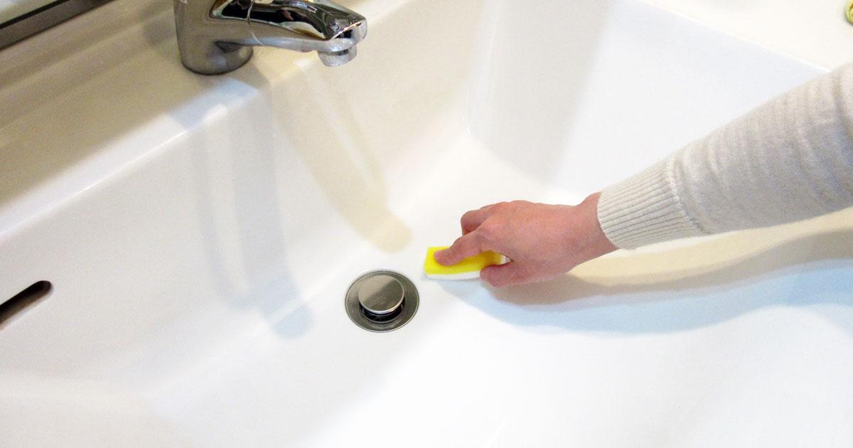 洗面ボウルをサニクリーンの「圧縮メラミンスポンジ」で磨く