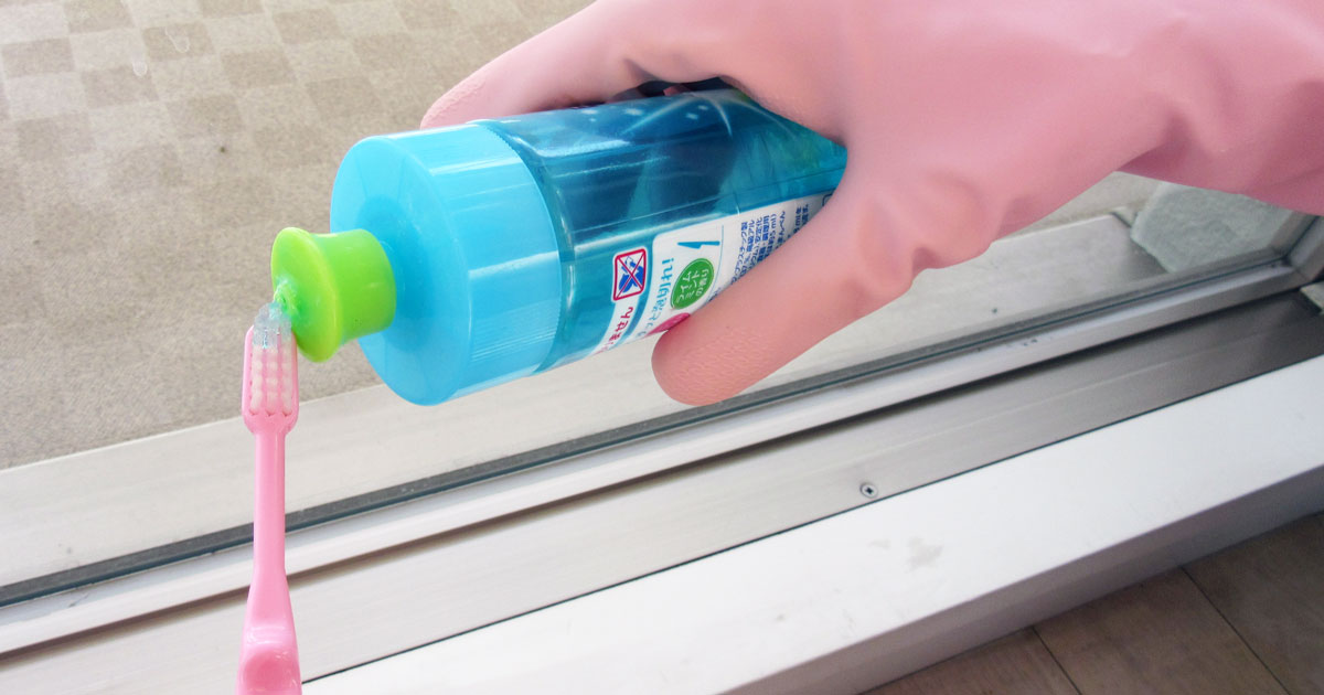 歯ブラシに食器用洗剤をつける