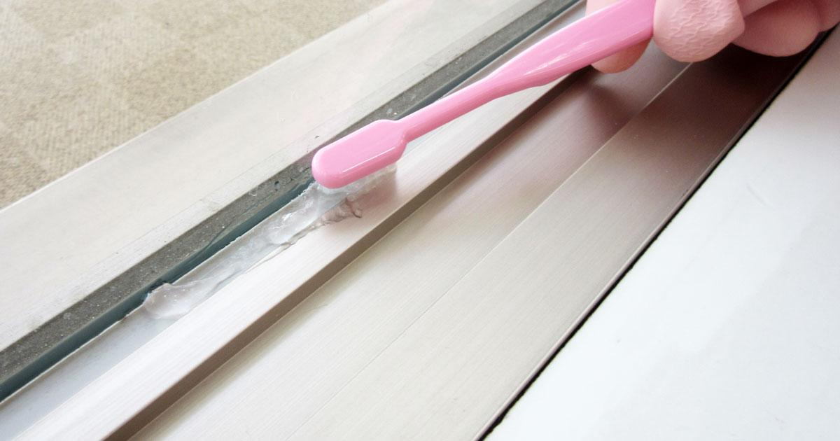 歯ブラシでかびとりジェルのついているゴムを磨く