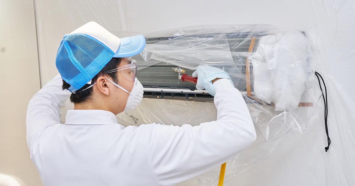 エアコン清掃をする作業員の写真