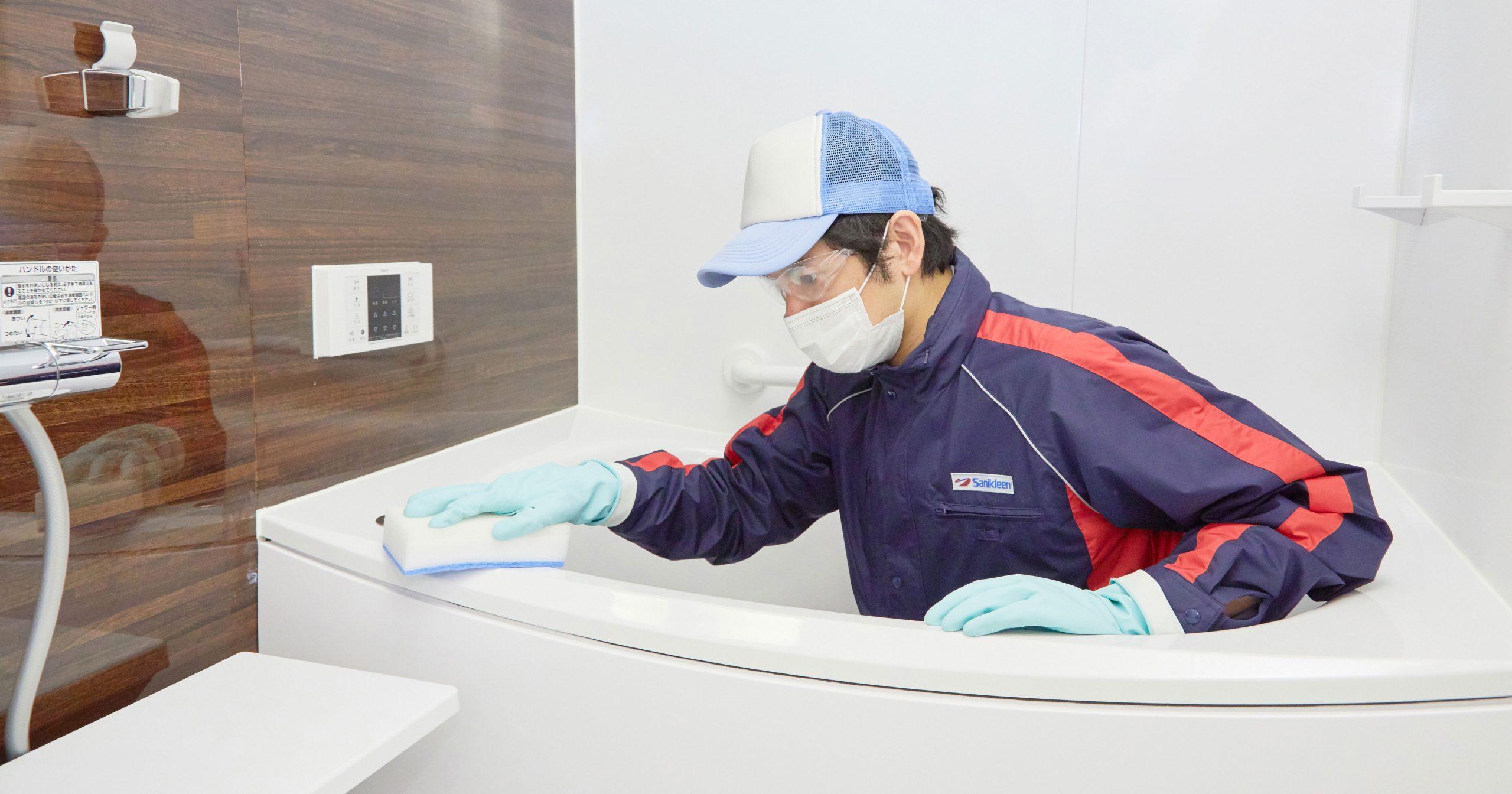 プロが浴槽をクリーニングしている写真