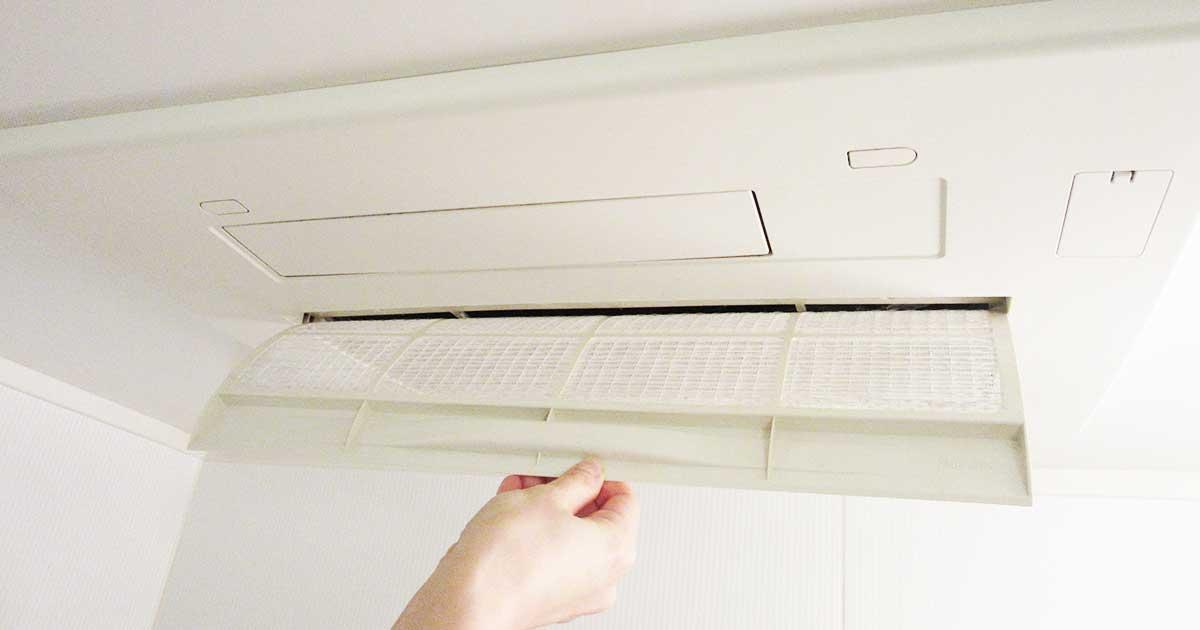 天井の換気扇フタを開けている写真